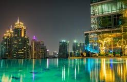 Bangkok, Thailand 06-Feb-2018 DachspitzenSwimmingpool, Restaurant und Skyline der Stadt während der Nacht lizenzfreie stockbilder