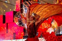 BANGKOK, THAILAND - FEBRUAR 2018: Feiershow des Chinesischen Neujahrsfests an Einkaufszentrum EmQuartier und des Handelszentrums stockbild