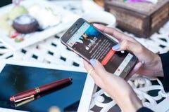 Bangkok, Thailand - Februar 12,2017: Hand, die Bildschirmfoto von hält Lizenzfreie Stockbilder