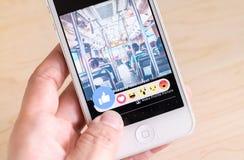 Bangkok, Thailand - 26. Februar 2016: Hand, die iPhone mit hält Lizenzfreie Stockbilder
