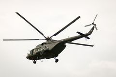 BANGKOK, THAILAND - 20. FEBRUAR: Hubschrauberfliegen der Armee Mi-171 von den Basis, zum von Soldaten in Gefechtshandlungen in Ba Lizenzfreie Stockfotos