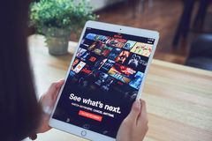 Bangkok, Thailand - 21. Februar 2018: Netflix APP auf Tablettenschirm Netflix ist ein internationaler führender Abonnementservice Stockfotografie