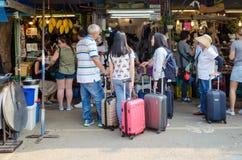 BANGKOK, THAILAND - 19. FEBRUAR 2017: touristisches Einkaufen in Chatu Lizenzfreie Stockfotos