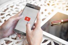 Bangkok, Thailand - Februar 12,2017: YouTube-APP auf dem Schirm L Lizenzfreie Stockbilder