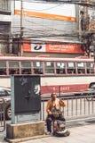 BANGKOK, THAILAND - FEBRUARI 2, 2018: Blinde musicus op de straat van de stad van Bangkok stock foto
