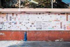 Bangkok, Thailand - 11 Februari 2017: Chinese kranten op de muur Stock Afbeeldingen