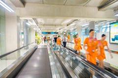 BANGKOK THAILAND - FEBRUARI 01, 2018: Den inre sikten av oidentifierat suddigt folk som går i elkraft, sänker trappan på Royaltyfri Bild