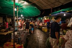 Bangkok Thailand - Februari 12, 2015: Folk i blommamarknad Fotografering för Bildbyråer