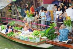 Bangkok Thailand - Februari 11, 2018: Folk som shoppar lokala jordbruksprodukter på knatten Mayom som svävar marknaden Royaltyfri Foto