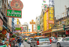 BANGKOK THAILAND - FEBRUARI 1: gataplats i kineskvarteret, Bangko Arkivfoto