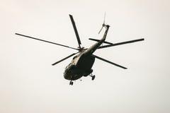 BANGKOK THAILAND - FEBRUARI 20: Helikopterflyg för armé Mi-171 från baser som överför soldater in i stridoperationer i Bangkok, T Royaltyfri Foto