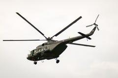 BANGKOK THAILAND - FEBRUARI 20: Helikopterflyg för armé Mi-171 från baser som överför soldater in i stridoperationer i Bangkok, T Royaltyfria Foton
