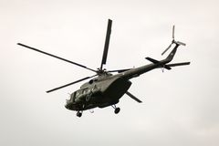 BANGKOK THAILAND - FEBRUARI 20: Helikopterflyg för armé Mi-171 från baser som överför soldater in i stridoperationer i Bangkok, T Arkivbild