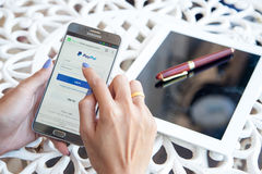 Bangkok, Thailand - Februari 12.2017: Het gebruiken van Paypal op iPhone Betaal Stock Foto