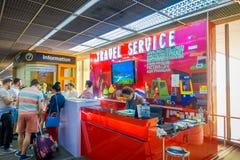 BANGKOK THAILAND - FEBRUARI 01, 2018: Inomhus sikt av oidentifierat folk på informationsskrivbordet för loppservice inom Royaltyfria Bilder