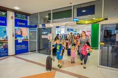 BANGKOK THAILAND - FEBRUARI 01, 2018: Inre sikt av oidentifierat folk som går inom av den Bangkok internationalen Royaltyfri Bild