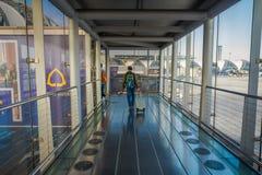 BANGKOK THAILAND - FEBRUARI 01, 2018: Inre sikt av oidentifierat folk som går på att omge för ankomstkorridor av Arkivbilder