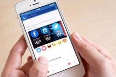 Bangkok, Thailand - Februari 26, 2016: IPhone van de handholding met Royalty-vrije Stock Afbeeldingen