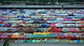 Bangkok, Thailand - Februari 2018: kleurrijke winkels bij de markt Ratchada van de treinnacht royalty-vrije stock foto