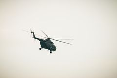 BANGKOK, THAILAND - 20 FEBRUARI: Leger mi-171 helikopter die van basissen vliegen om militairen in gevechtsverrichtingen in Bangk Stock Foto