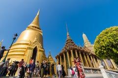 BANGKOK, THAILAND - 22 FEBRUARI: Niet geïdentificeerde toeristen in Wat Phra Kaew op 22 februari 2016 in Bangkok, Thailand Stock Afbeelding