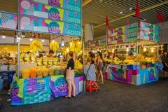 BANGKOK THAILAND, FEBRUARI 08, 2018: Oidentifierade turister shoppar på den Chatuchak helgmarknaden, är en av världs`en s Arkivfoton