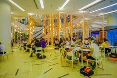 BANGKOK THAILAND, FEBRUARI 02, 2018: Oidentifierat folk som äter en lucnh i en matdomstol inom av Siam Paragon Shopping Arkivbilder