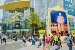BANGKOK THAILAND, FEBRUARI 02, 2018: Oidentifierat folk som går på skriva in av den Siam Paragon Shopping gallerian i Bangkok Royaltyfria Bilder