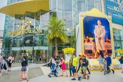 BANGKOK THAILAND, FEBRUARI 02, 2018: Oidentifierat folk som går på skriva in av den Siam Paragon Shopping gallerian i Bangkok Royaltyfri Bild