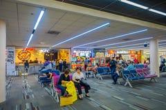 BANGKOK THAILAND - FEBRUARI 01, 2018: Oidentifierat folk som sitter och går i området för matdomstol inom av Bangkok Fotografering för Bildbyråer