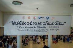 BANGKOK THAILAND - FEBRUARI 01, 2018: Ovanför sikt av det informativa tecknet med folkmassan av folk på ankomstområdet inom av Arkivbild
