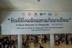 BANGKOK THAILAND - FEBRUARI 01, 2018: Ovanför sikt av det informativa tecknet med folkmassan av folk på ankomstområdet inom av Arkivfoto
