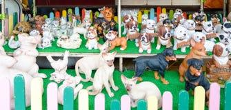 BANGKOK THAILAND - 19 FEBRUARI 2017: Sälja den keramiska hunden för december Royaltyfri Bild