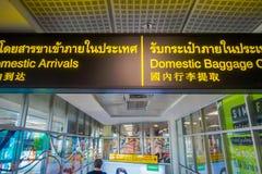 BANGKOK THAILAND - FEBRUARI 01, 2018: Stäng sig upp av inhemskt bagage för informativt tecken och inhemska ankomster inom av arkivfoton