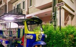 BANGKOK, THAILAND - FEBRUARI 18, 2018: Thais Ne van Taxi tuktuk parken stock foto's