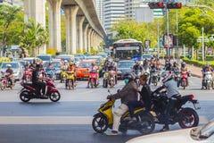 Bangkok Thailand - Februari 21, 2017: Tungt trafikstockning på Th Royaltyfri Fotografi