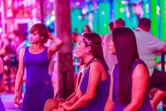 Bangkok Thailand - Februari 21, 2017: Turisten besökte Soi Cowbo Arkivbilder