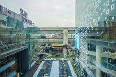 BANGKOK THAILAND, FEBRUARI 02, 2018: Utomhus- sikt av att omge för Siam Paragon shoppinggalleria av exponeringsglas i Bangkok Arkivbild