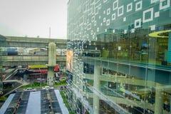 BANGKOK THAILAND, FEBRUARI 02, 2018: Utomhus- sikt av att omge för Siam Paragon shoppinggalleria av exponeringsglas i Bangkok Royaltyfria Foton
