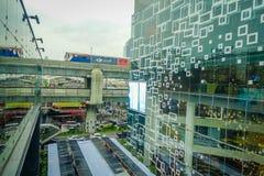 BANGKOK THAILAND, FEBRUARI 02, 2018: Utomhus- sikt av att omge för Siam Paragon shoppinggalleria av exponeringsglas i Bangkok Fotografering för Bildbyråer