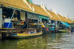 BANGKOK THAILAND - FEBRUARI 09, 2018: Utomhus- sikt av att sväva lokalt folk för marknadsoand som säljer på träfartyget Royaltyfri Bild