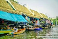 BANGKOK THAILAND - FEBRUARI 09, 2018: Utomhus- sikt av att sväva lokalt folk för marknadsoand som säljer på träfartyget Arkivbilder