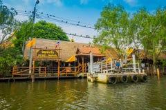 BANGKOK THAILAND - FEBRUARI 09, 2018: Utomhus- sikt av att sväva lokalt folk för marknadsoand som säljer på träfartyget Royaltyfria Bilder