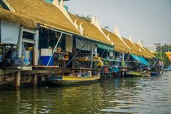 BANGKOK THAILAND - FEBRUARI 09, 2018: Utomhus- sikt av att sväva lokalt folk för marknadsoand som säljer på träfartyget Arkivfoto