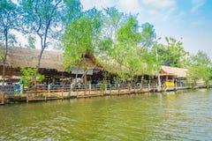 BANGKOK THAILAND - FEBRUARI 09, 2018: Utomhus- sikt av att sväva lokalt folk för marknadsoand som säljer på träfartyget Royaltyfria Foton