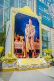 BANGKOK THAILAND, FEBRUARI 02, 2018: Utomhus- sikt av den enorma bilden av emperatoren på skriva in av Siam Paragon Shopping Arkivbild