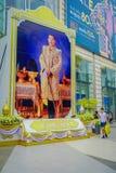 BANGKOK THAILAND, FEBRUARI 02, 2018: Utomhus- sikt av den enorma bilden av emperatoren på skriva in av Siam Paragon Shopping Arkivbilder