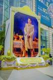BANGKOK THAILAND, FEBRUARI 02, 2018: Utomhus- sikt av den enorma bilden av emperatoren på skriva in av Siam Paragon Shopping Arkivfoto