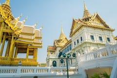 BANGKOK THAILAND, FEBRUARI 02, 2018: Utomhus- sikt av det guld- taket på den storslagna slotten, Bangkok Arkivfoton