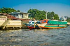 BANGKOK THAILAND - FEBRUARI 09, 2018: Utomhus- sikt av fartyget på flodstranden i vattnet i den Bangkok yai kanalen eller Khlong Fotografering för Bildbyråer